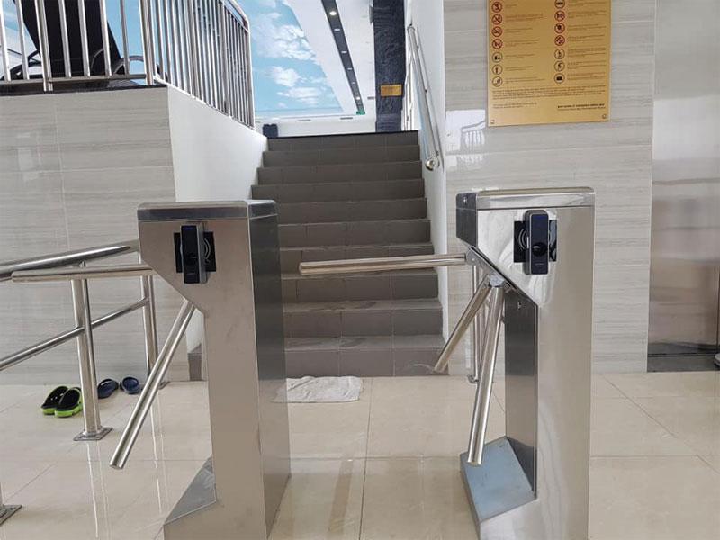 Lắp cổng xoay kết hợp máy chấm công cho tòa nhà văn phòng