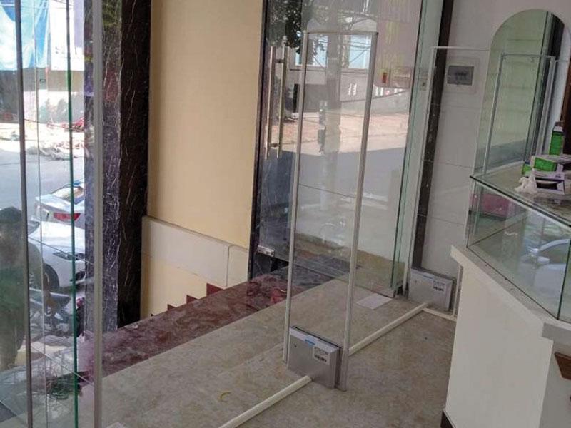 hình ảnh thi công ảnh thực tế sản phẩm cổng từ an ninh shop thời trang